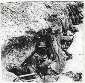 Soldats se protégeant avec leur toile de tente dans la tranchée (site lamaindemassiges.com, page La BOUE, le FROID, et les travaux de tranchées de Massiges)