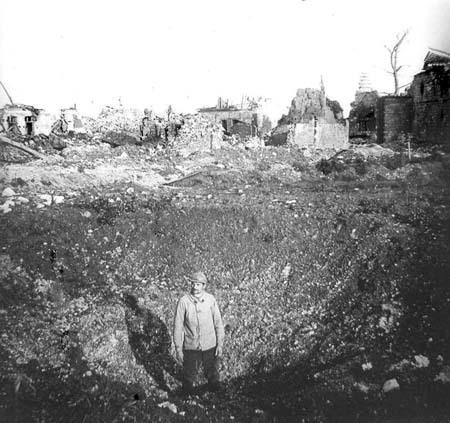 """Soldat dans un trou d'obus de grande taille, que les Poilus nommaient """"entonnoirs"""" (site lescarnetsdefrederic)"""