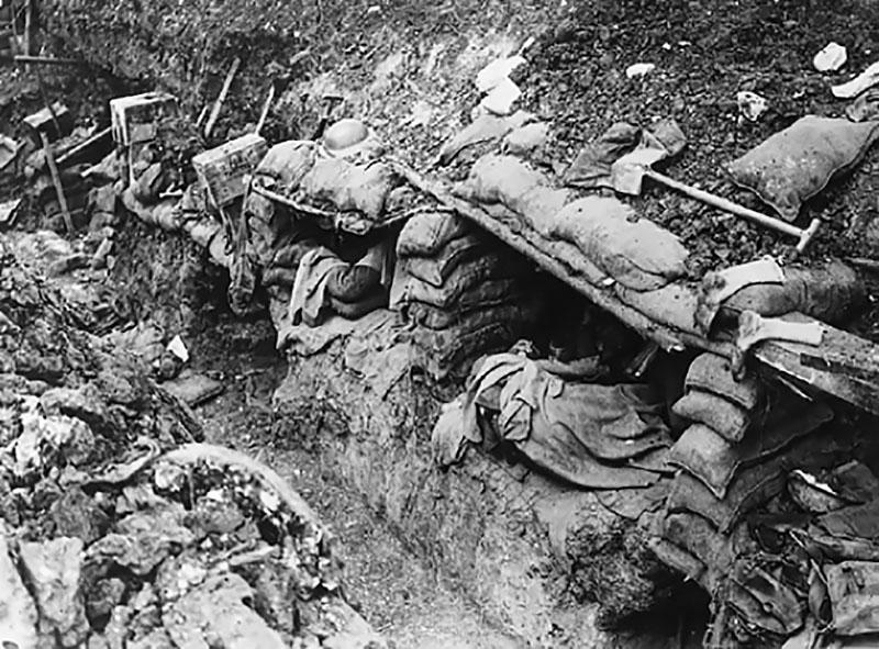 Soldats au repos dans leurs trous de tranchée (site familles-de-quintenas.com)