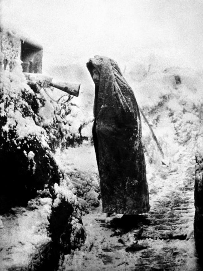 Soldat au créneau se protégeant du froid et des intempéries (site familles-de-quintenas.com)