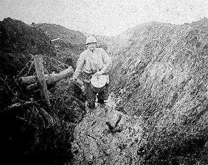 Les Eparges, 1915 : boyau dans la boue (sites 20minutes.fr et site lesfrancaisaverdun.fr)