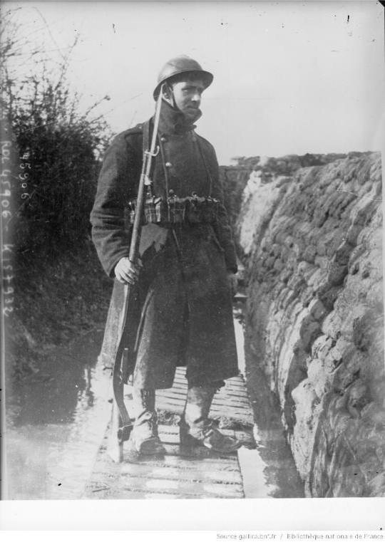 Soldat belge dans une tranchée aménagée contre la pluie : [photographie de presse] / [Agence Rol] (site gallica.bnf.fr)