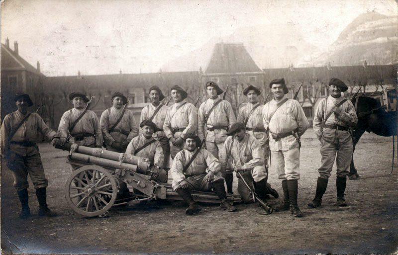 Grenoble, entre 1910 et 1914 : des canonniers de la 7eme batterie du 1er régiment d'artillerie de montagne et leur canon de 65 mm (site alpins.fr)