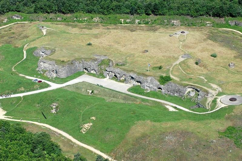 Vue générale et actuelle du fort de Douaumont (site grandeguerre1418)