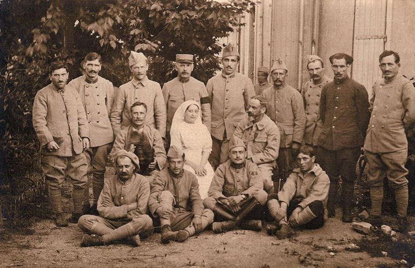 Photo de Félix Gruz, non datée (debout au centre) ; il porte au collet le n° 103, donc entre le 1er février et le 8 août 1918 (Doc. famille Devillaz)