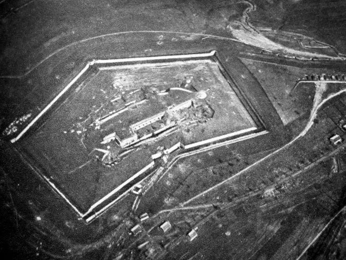 Vue aérienne du fort de Douaumont en 1916,… avant les bombardements (Wikipedia, art. Fort de Douaumont)