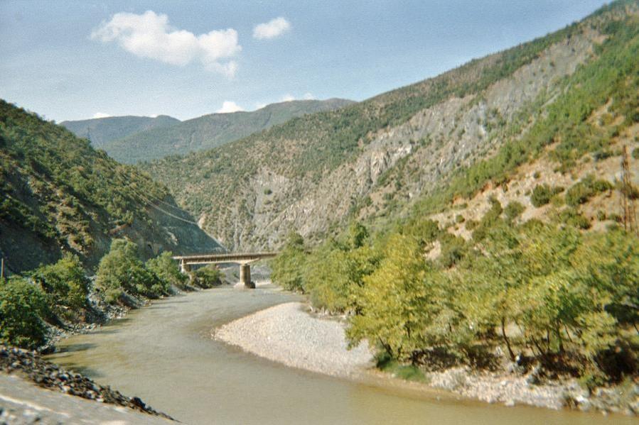 Rivière Shkumbini entre les villes de Librazd et Elbasan en Albanie (site Wikipedia, art. Shkumbini)