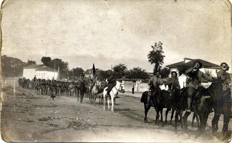 Quelque part en Macédoine, la 26eme batterie du 1er RAM défile...1918-1919 (site alpins.fr, 1er RAM guerre 14 18)