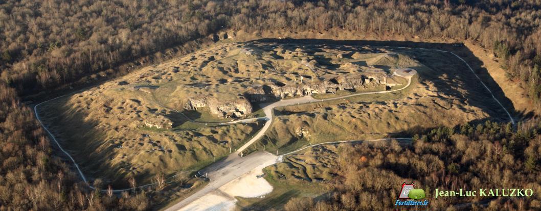 Fort de Douaumont, vue aérienne (site fortiffsere)