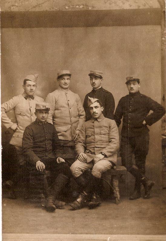 Photo de Félix Gruz (assis à droite), avec des camarades du 105e RAL, non datée (Doc. famille Devillaz)