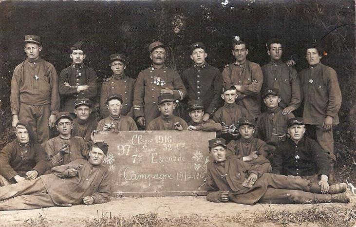 Joseph Buttoudin, debout à droite, classe 1916, 97e RIA, 7e escouade (Doc. Gérard Buttoudin)