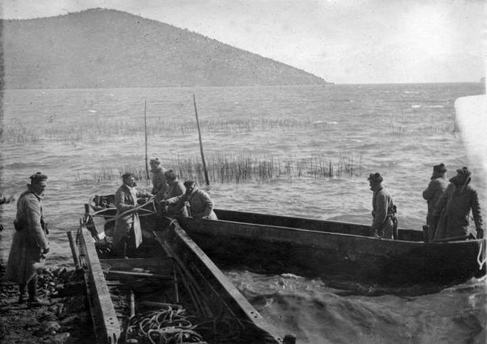 6 mars 1917 ― Lac Prespa (Albanie) ― Fusiliers marins passant le lac ― Photographie de T. Dubray (Ministère de la Culture – Médiathèque de l'Architecture et du Patrimoine n° de série OR 514 – n° tirage OR 094786, site pages14-18.mesdiscussions.net, sujet 890)