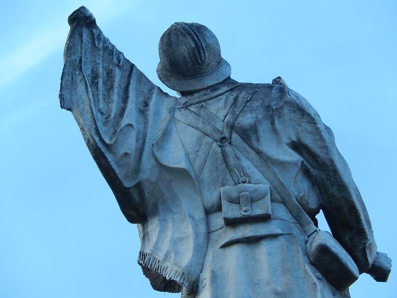 L'arrière de la statue du monument aux morts de Passy (cliché Bernard Théry)