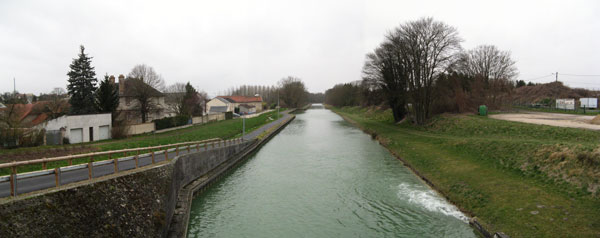 Le canal de l'Aisne à la Marne. Photo prise du pont allant de Loivre à Berméricourt.. Photo : V. Le Calvez, janvier 2007. (site vlecalvez.free.fr)