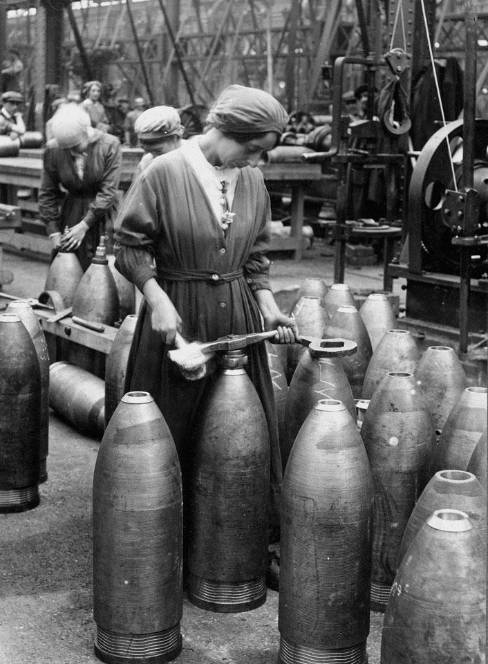 Femme dans une usine d'obus (Source : internet)