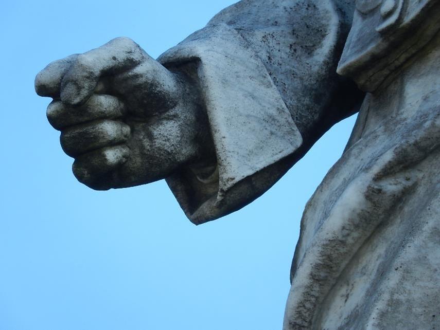 Le soldat du monument aux morts de Passy : gros plan du bras droit tendu vers le bas et du poing fermé (cliché Bernard Théry)
