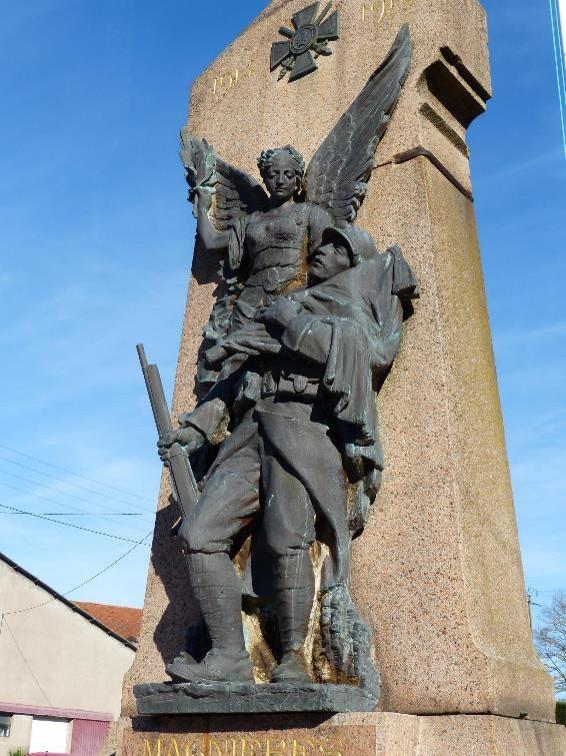Statue du monument aux morts de Magnières, Meurthe-et-Moselle : Poilu mourant dans les bras de la Victoire et avec fusil (site monumentsmorts.univ-lille3.fr)