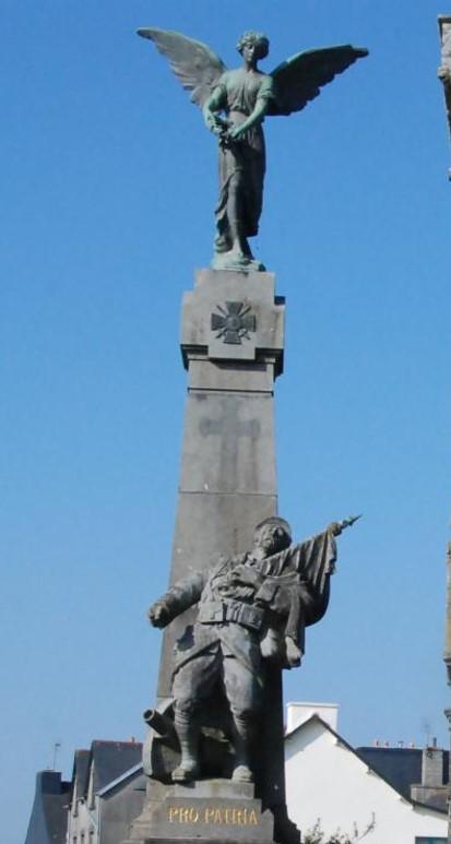 Statue du monument aux morts de Plonévez-du-Faou, Finistère : Poilu mourant défendant son drapeau, avec canon et fer de lance (site monumentsmorts.univ-lille3.fr)