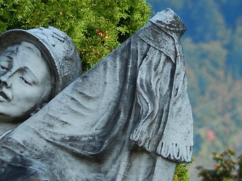 Le soldat du monument aux morts de Passy : la hampe du drapeau (cliché Bernard Théry)