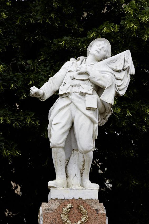 Le soldat du monument aux morts de Cajarc, Lot : « Poilu mourant défendant son drapeau », sans fer de lance (site monumentsmorts.univ-lille3.fr)