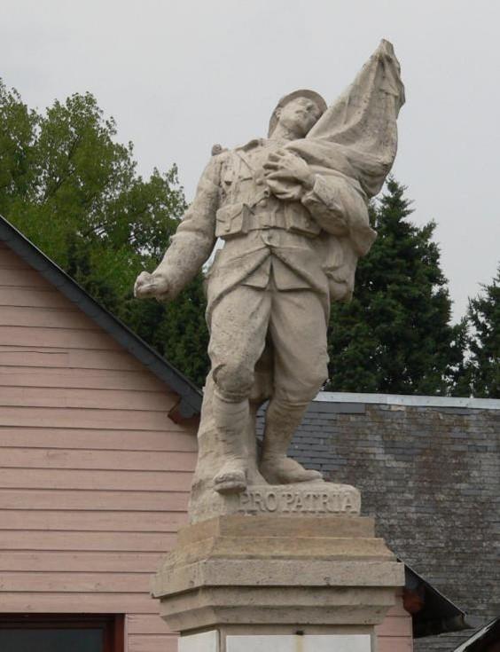Statue du monument aux morts de Biville-la-Baignarde 76890 : Poilu mourant défendant son drapeau, sans fer de lance (site monumentsmorts.univ-lille3.fr)