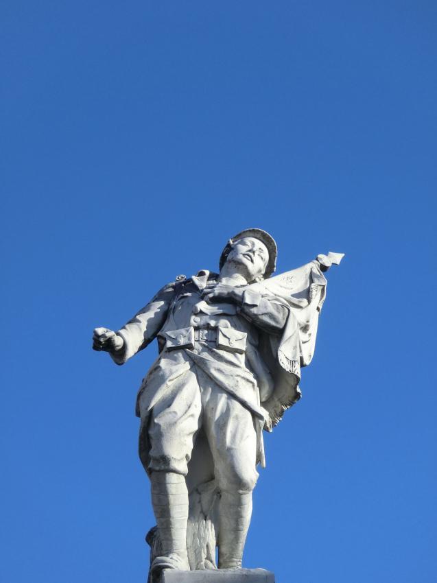Statue du monument aux morts de Charquemont, Doubs : Poilu mourant défendant son drapeau, avec fer de lance au drapeau (site monumentsmorts.univ-lille3.fr)