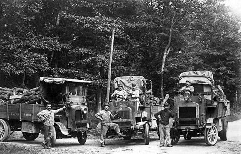 Exploitation forestière par le 13e escadron du train des équipages (site memoires-industrielles.fr)