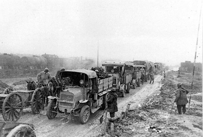 Convoi de camions ravitailleurs Berliet CBA en vivres et soldats sur la Voie Sacrée en 1916 entre Bar le Duc et Verdun (site automuseo amafl.fr)