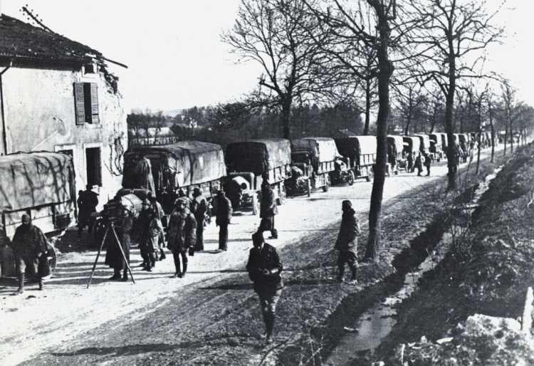 Convoi de camions sur la Voie sacrée (site aufildesmotsetdelhistoire.unblog.fr, page « La Voie sacrée »)