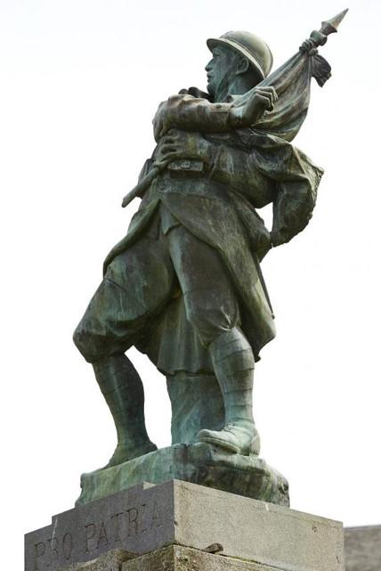 Statue du monument aux morts du Vigan, Lot : Poilu mourant défendant son drapeau, avec le bas de la hampe brisé (site lycees.ac-rouen.fr)