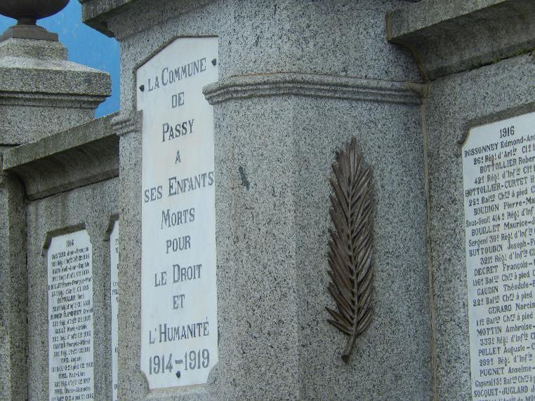 Plaque centrale et palme du monument aux morts de Passy, Chef-lieu (cliché Bernard Théry)
