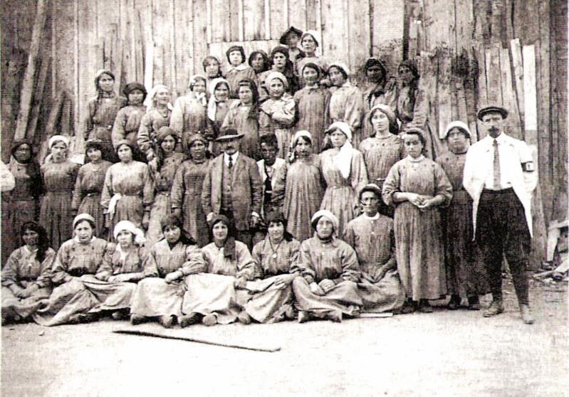 Femmes de l'usine de Chedde travaillant à la tonnellerie en 1918 (Mémoire de Chedde ; Ludovic CAILLUET, Chedde. Un siècle d'industrie au pays du Mont-Blanc, page 47)
