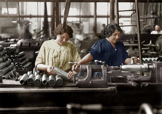 Femmes dans une usine d'obus (site de l'Assemblée nationale)