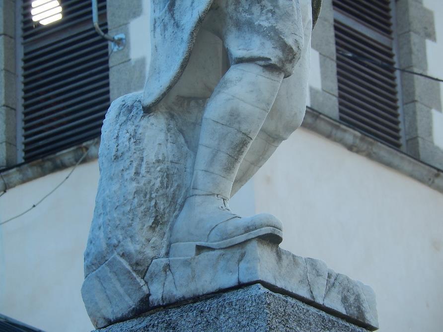 Statue du monument aux morts de Passy, Chef-lieu : jambe droite en appui sur le sol (cliché Bernard Théry)