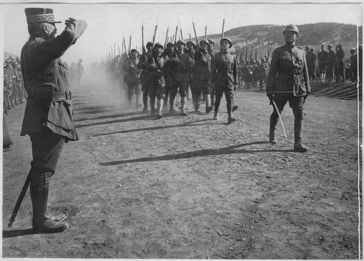 Voyage d'inspection du général Franchet d'Espérey (25-26 juin 1918). L'Arbre Noir : Le général Franchet d'Espérey salue les troupes qui défilent, 26 juin 1918 (site culture.gouv.fr)