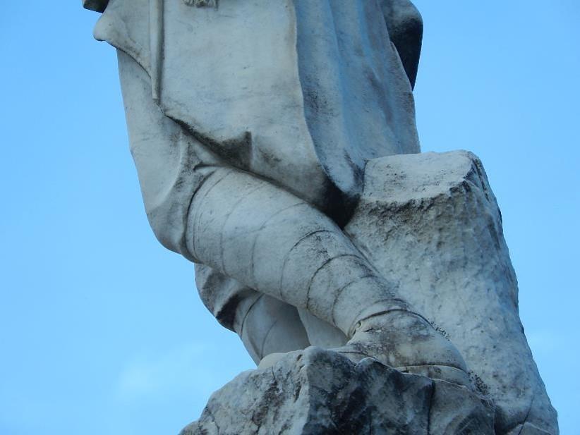 Statue du monument aux morts de Passy, Chef-lieu : jambe gauche fléchie vers l'arrière (cliché Bernard Théry)