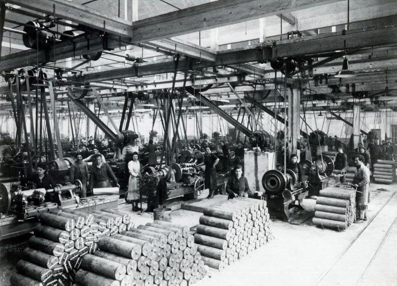A l'Arsenal de Tarbes, les femmes usinent des obus de moyen calibre/Archives A.T.S. (site ladepeche.fr)