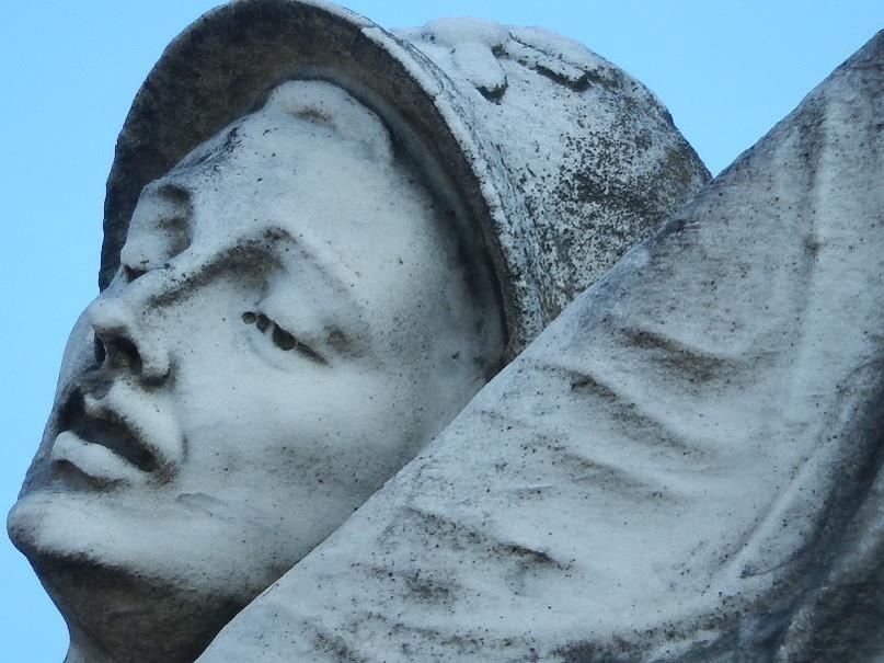 Casque et visage du soldat du monument aux morts de Passy (cliché Bernard Théry)