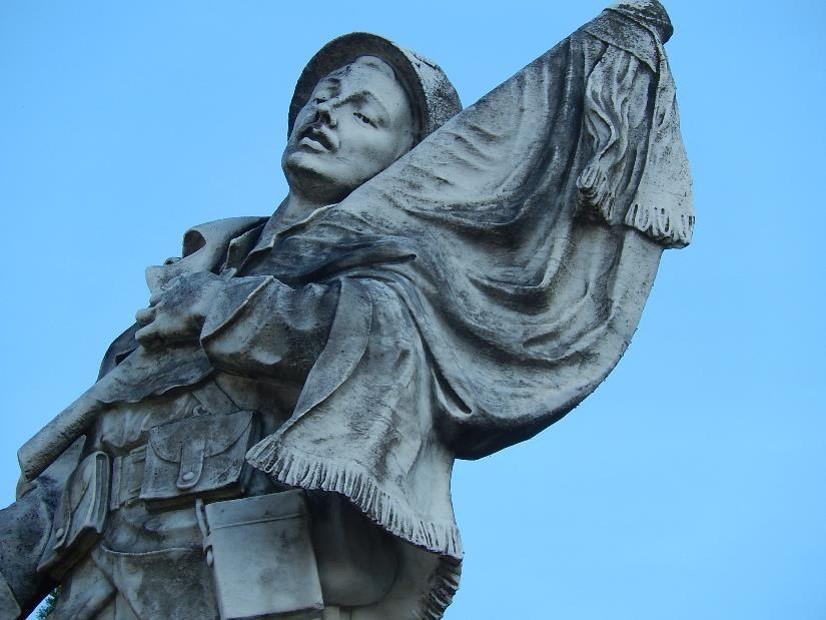 Le soldat du monument aux morts de Passy et son équipement (cliché Bernard Théry)