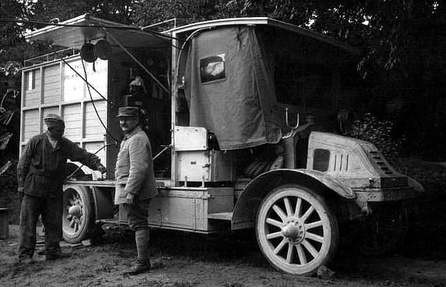 Véhicule de 1916 - Kelly, un ancien camion aménagée en voiture radiographique (site en-noir-et-blanc.com, page ambulances, Gallica.bnf)