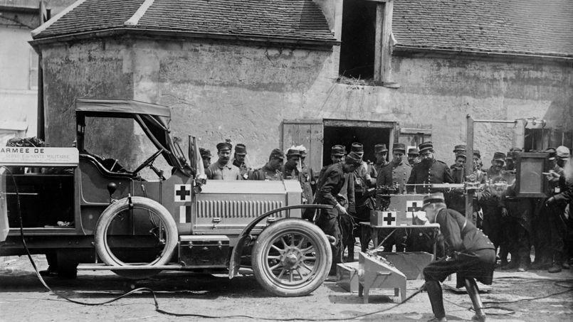 Une des voitures équipées en matériel radiologique, les« petites Curies » (photo Rue des Archives, site du Figaro.fr/histoire/centenaire-14-18)
