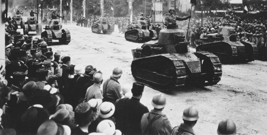Défilé de la Victoire, 14 juillet 1919 : chars Renault (ANN RONAN PICTURE LIBRARY / AFP et Archives ATR, site louisrenault.com et site francetvinfo.fr)