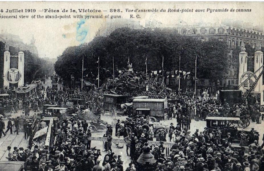 Défilé de la Victoire, 14 juillet 1919 : Vue d'ensemble du Rond-Point des Champs-Elysées le 14 juillet 1919 avec la pyramide de canons allemands (site lycees.ac-rouen.fr)