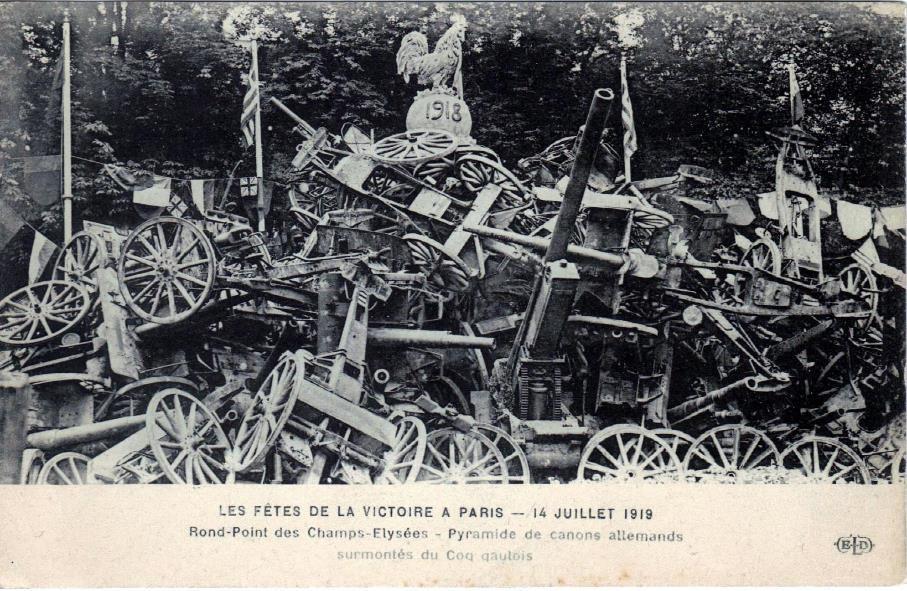Défilé de la Victoire, 14 juillet 1919 : Pyramide de canons allemands au Rond-Point des Champs-Elysées le 14 juillet 1919 (site lycees.ac-rouen.fr)