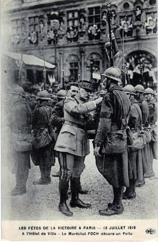 Défilé de la Victoire, 14 juillet 1919 : A l'Hôtel de Ville, Foch décore un poilu (site lycees.ac-rouen.fr)