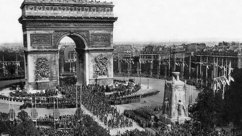 Défilé du 14 juillet 1919 : Arc de Triomphe et cénotaphe, Rue des Archives (site lefigaro.fr)