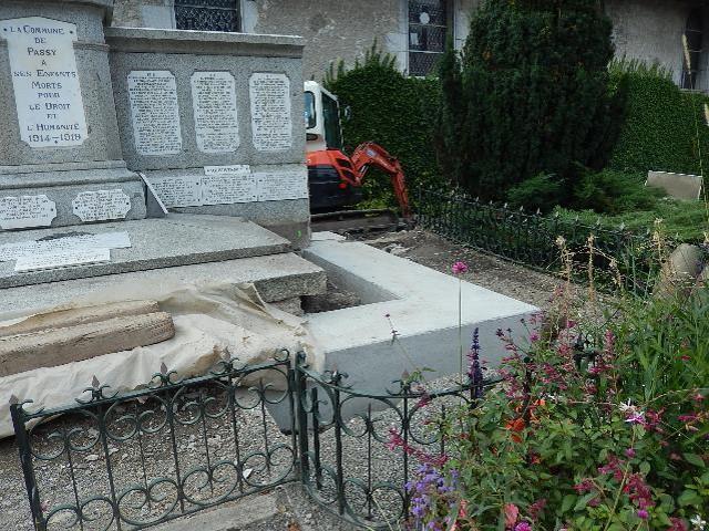 Travaux de consolidation du monument aux morts de Passy : partie droite du monument (cliché Bernard Théry, 9 octobre 2016)