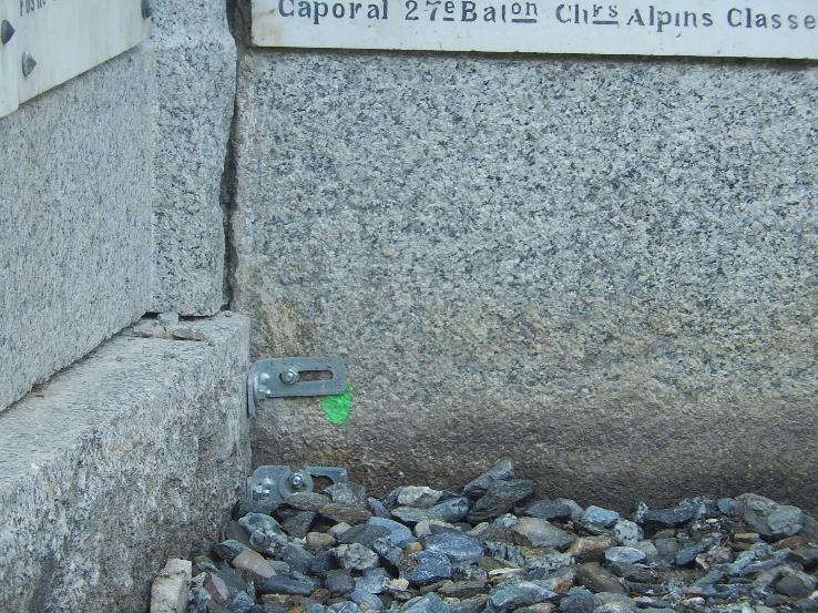 Travaux de consolidation du monument aux morts de Passy : une des fixations (cliché Bernard Théry, 19 octobre 2016)