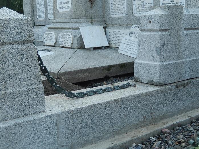 Travaux de consolidation du monument aux morts de Passy : partie droite (cliché Bernard Théry, 19 octobre 2016)