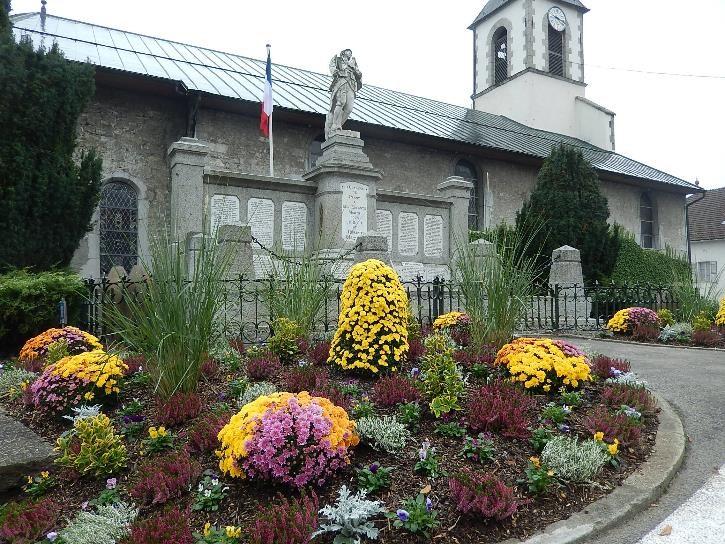 Travaux de consolidation du monument aux morts de Passy : vue du fleurissement (cliché Bernard Théry, 30 octobre 2016)